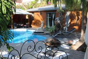 Vue côté piscine du lodge Palissandre