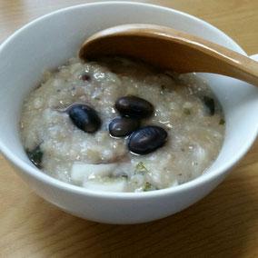 レトルトの玄米粥に蓮根のすりおろしと大根、大根葉、黒豆、麦味噌、白味噌、白ごまペーストで味付けを。見た目は地味ですが、美味しゅうございました(^人^)