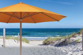 may Sonnenschirm FILIUS FK in orange am Strand