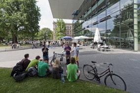 Studierende vor dem SuperC der RWTH Aachen. Im Hintergrund das Hauptgebäude.  Foto  © Peter Winandy.