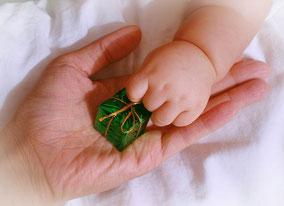 産後女性と赤ちゃん