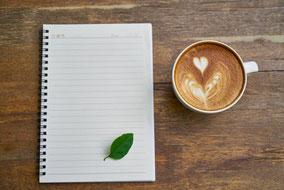 Blatt weißes Papier und Cappuccino