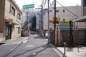 左折するとこんな風景が見えるんだ。右側が駐車場だよ