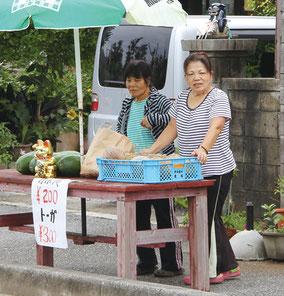 道ばたで売られる野菜。 これぞ、島の産直