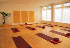 Kursraum mit Yoga-Matten in der Remise an der Marie - Prenlauer Berg.