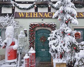 Ausstellung und Weihnachtshaus im Winter