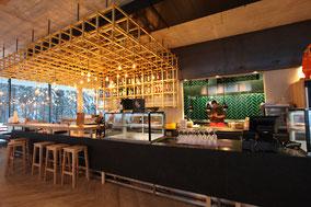 Unser Gastraum mit Blick in die Luis Diner Küche