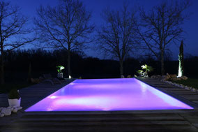 piscine à débordement éclairage de nuit