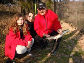 Méline, Maya et leur grand père, brochet de 50 cm pris au vif, le 7 mars 2014