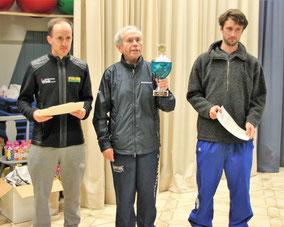Die Tagessieger im Jedermannslauf: Links Tobias Glenk (TriFit Vallried) war nicht zu schlagen. Mitte: Lothar Steiner trägt für das Team FC Dinkelscherben den Siegespokal der besten Mannschaft. Rechts: Zweiter des Tages Jakob Linck (TuS Waldschloss Ulm)