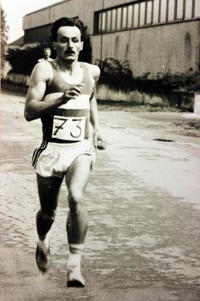 Mitbegründer August Scherer, in den achtziger Jahren ein exzellenter Mittel- und Langstreckenläufer, ist heute noch super fit und als Übungsleiter und auch in der Abteilungsführung nicht wegzudenken. 39 Jahre lang hat er den Dinkel Cross ausgerichtet.