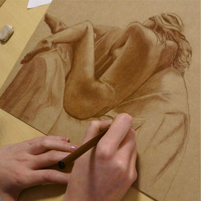 croquis de nu réalisé avec sanguine sepia sur papier coloré
