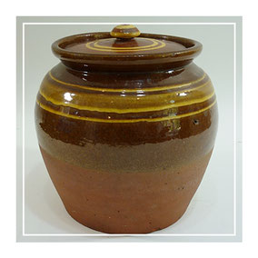 Large Buckley slip decorated earthenware pot with cover