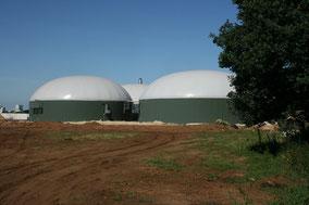 Das Bild zeigt eine Biogasanlage.