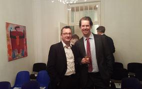 Ingo H. Schaub und der Gewinner der zwei Konzertkarten am Vortrag der Firma Wirtschaftsimpuls GmbH in Stuttgart rund um die Erbschaft, vererben, Schenkung und Steuern.