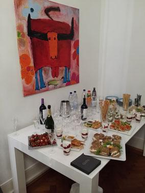 Die Gäste wurden mit einem leckeren Buffet empfangen. Es wurden neben ausgewähltem Sekt, Wein und alkoholfreien Getränken auch kleine Häppchen zur Stärkung angeboten.
