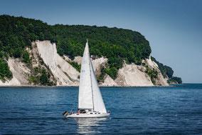 Landschaftsfotografie Deutschland, Insel Rügen, Ostsee, Kreideküste mit Segelboot