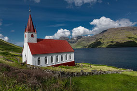 Landschaftsfotograf Sebastian Kaps aus Deutschland, Husar Kirkja, Kirche am Wasser, Färöer