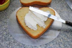 heller Biscuitboden mit Sahne bestreichen - Dinkelprofi.de