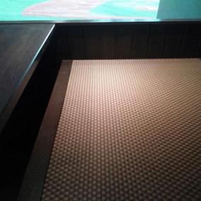 椅子の枠中に1畳物の琉球畳
