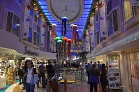Die Shopping- und Partymeile des Schiffs.