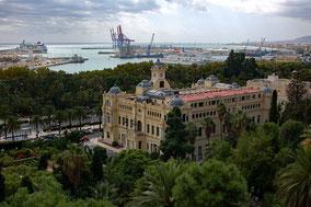 Blick von der Alcazaba: im Vordergrund das Rathaus, im Hintergrund der Hafen.