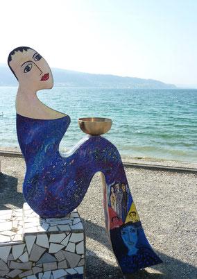 Mosaik mit Klangschale am Meer