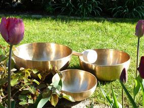 Drei Klangschalen im Garten
