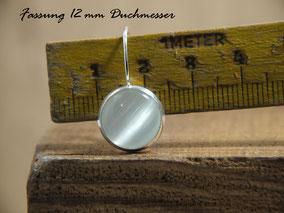 Ohrhänger an einem Zollstock zeigt einen Durchmesser von 12 mm an