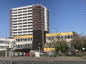 Postfiliale und Hochhaussiedlung in Bremen-Kattenturm (Foto: 03-2018, Jens Schmidt)