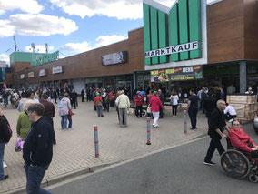 Vor dem Marktkauf-Center Stuhr-Brinkum versammelten sich die Kunden, die ihren Einkauf stehen lassen mussten