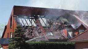 Hausbrand in Weyhe Leeste: Durch Feuer zerstörtes Dach