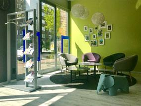 Gemütlicher Lounge- und Wartebereich für die Versicherungskunden