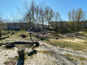"""Das Grün sucht sich zwischen den Steinen seinen Weg zum Licht. Dennoch bietet der Spielplatz """"Arsterix"""" in Bremen-Arsten Platz für tolle Abenteuer! (Foto: 04-2020, Jens Schmidt)"""