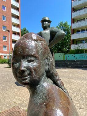 Ältestes von drei Kindern der Erdbeerpflückerin - Kunstwerk in Bremen-Arsten, Bremen Obervieland (Foto: 05-2020, Jens Schmidt)