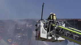 Hausbrand in Weyhe Leeste: Feuerwehr mit Leitereinsatz