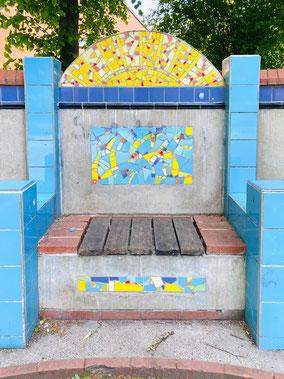 Mittlere Bank der dreiteiligen Sitzbank in azurblauem Rahmen: Beton, Holz, Fliesen und farbige Keramikfliesen wurden zu einem Kunstobjekt zusammengefasst (Foto: 05-2020, Jens Schmidt)