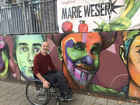 Andy Müller mit Graffiti-Portrait in Huckelriede
