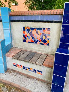 Rechte Bank der dreiteiligen Sitzbank: Beton, Holz, Fliesen und farbige Keramikfliesen wurden zu einem Kunstobjekt zusammengefasst (Foto: 05-2020, Jens Schmidt)