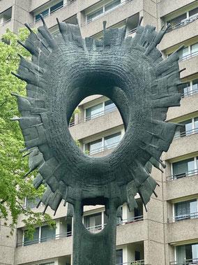 """Bronzeplastik """"Sonne"""" in Bremen-Kattenturm: Die mächtige Krone einer doppelten Sonne wirkt je nach Betrachtungswinkel unterschiedlich (Foto: 05-2020, Jens Schmidt)"""