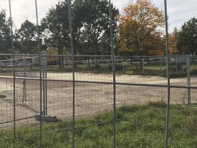 Eingezäunte Baufläche neben dem Schulareal in Bremen-Arsten (Foto: 08.10.2018)