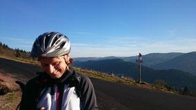 Route du Haut-du-tôt. Au loin, la ligne bleue des Vosges...