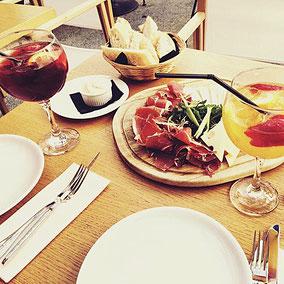 Die Schweizer lieben das Apéro, was so viel heißt, wie sich hungrig essen an kleinen Portionen. Aber die Anrichte des Schweizer Gaumenschmauss ist immer wieder schön anzusehen.