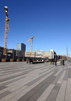 Der fast vollständig versiegelte Platz, welcher uns vor dem Duisburger Hauptbahnhof erwartete, lädt nicht gerade zum Verweilen ein (Foto: Lea-Carina Mendel)