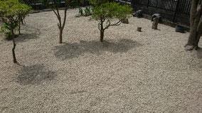 防草シート敷き後に砂利敷き