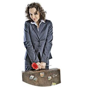 Elisabeth Dorn mit Koffer - Improtheater zweifellos