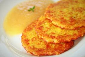 Kartoffelpuffer mit Apfelmus frisch aus der Pfanne