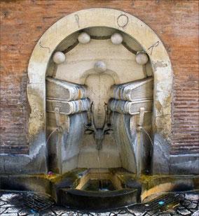 Фонтан из книг в Риме расположен недалеко от здания католического храма Сант-Иво алла Сапиенца по улице Via degli Staderari.