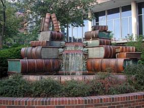 Мемориал Амелии Валерио Вайнберг  в  Цинциннати около здания Публичной библиотеки,   создан Майклом Фраска в 1990году.