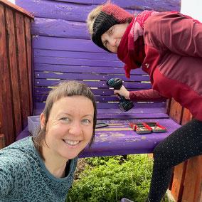 Katrin und Birgit vei der Reparatur der kiekebank